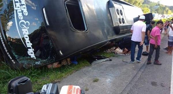 Dupla sertaneja sofre acidente de ônibus